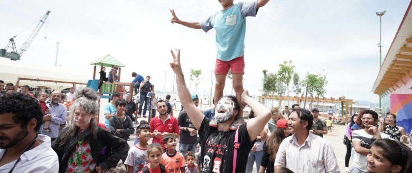 """Pallasos en Rebeldía y la banda Caracoles siembran alegría en Atenas con sus """"#Florescontraelolvido"""", la actividad que más felices ha hecho a lxs refugiadxs en los últimos años"""