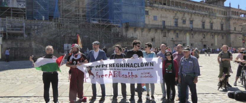 Iván Prado terminó esta mañana en Compostela su #PeregrinaClown por la libertad de Abu Sakha