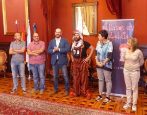 De esquerda a dereita, Gonzalo Muíños (PSdeG), Rubén Cela (BNG), Martiño Noriega (Alcalde de Santiago), Iván Prado (Pallasos en Rebeldía), Concha Fernández (Compostela Aberta) e María José Corral (PP); no acto de Benvida Oficial do Concello de Santiago de Compostela.