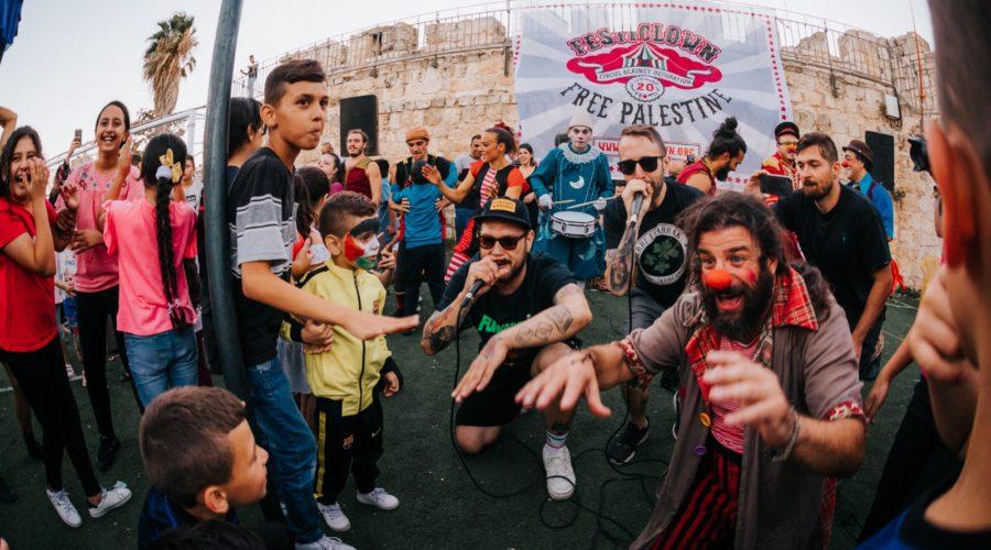 Raperos, alambradas y payasos. Los Chikos del Maíz en Festiclown Palestina